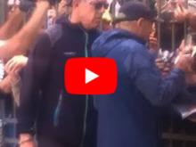 Tifo da stadio al Grand Hotel, Vasco Rossi 'travolto' da autografi e selfie